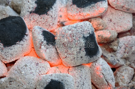 gluehende holzkohle in einem grill
