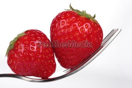 ein paar erdbeeren auf einer gabel