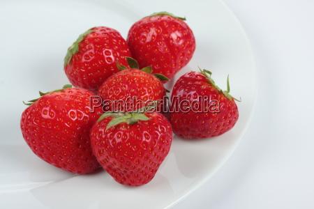 erdbeeren auf einen teller