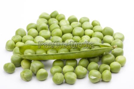 frische gruene erbsen