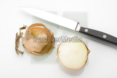 halbierte zwiebel und ein messer