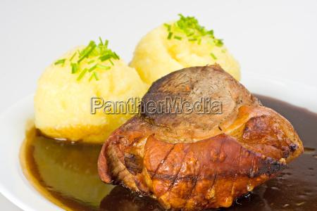 bayrischer schweinebraten mit kartoffelknoedel und biersauce