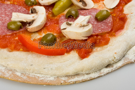 detail einer pizza auf einem holzbrett