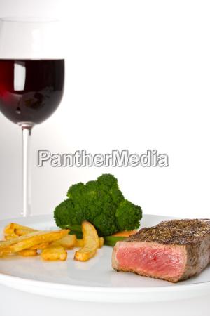 steak gemuese und ein glas rotwein