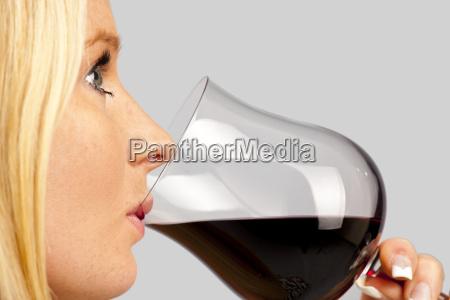 huebsche junge frau bei einem glas