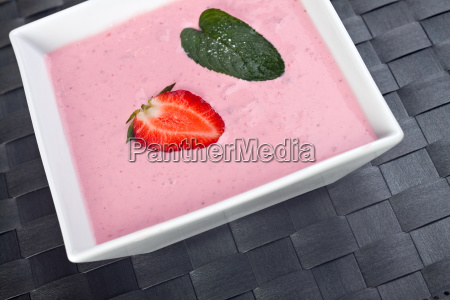 erdbeer quark mit einem minzblatt