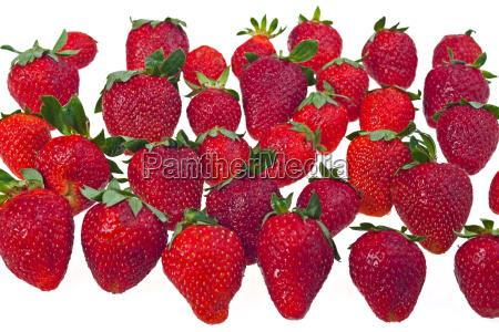 handvoll erdbeeren isoliert auf weiss