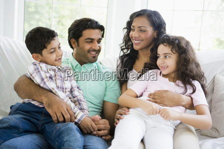 familia en sala sentado en sofa