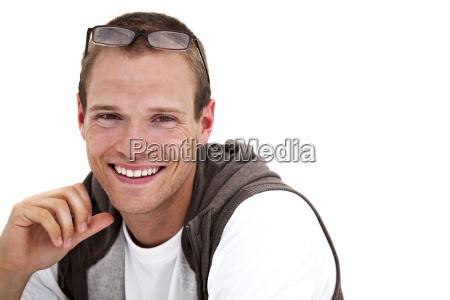 laechelnder jungen mann mit brille