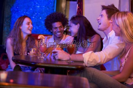 jovenes en un bar