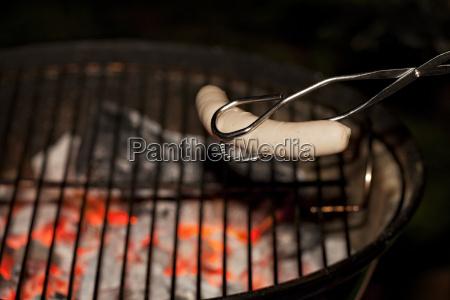wuerstchen und grillzange
