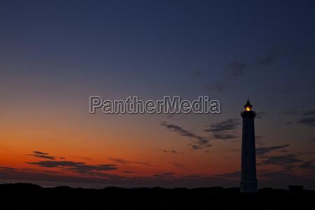 silhouette eines daenischen leuchtturms