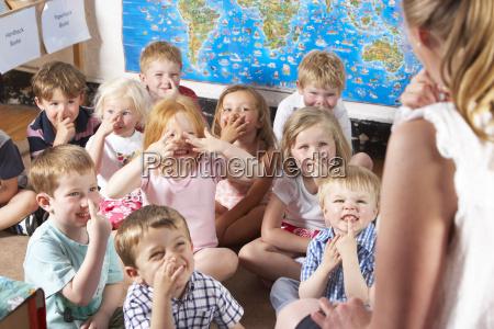 montessori pre school class escuchando al