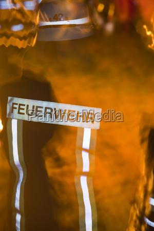 feuerwehrmann mit flammen