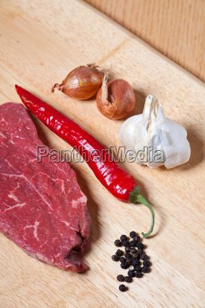 rohes steak und zutaten