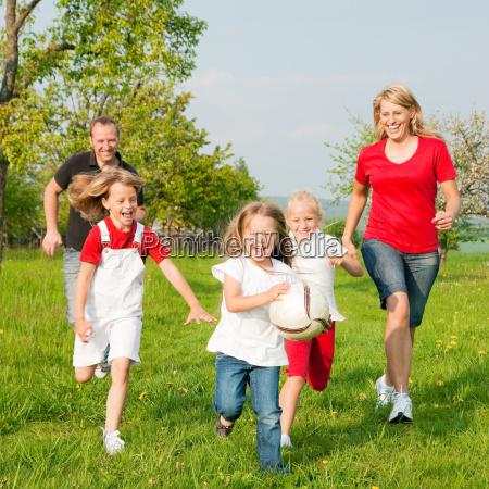 a familia joga bola