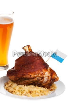 bayerische schweinshaxe mit sauerkraut