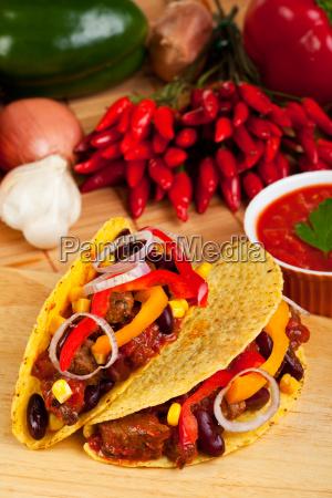 tortilla gefuellt mit fleischsauce und bohnen