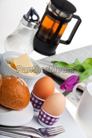 eier broetchen butter und kaffee auf