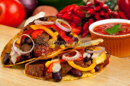 tacoschalen gefuellt mit bohnensosse