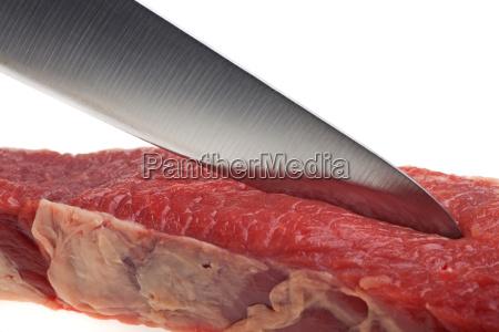 kuechenmesser schneidet durch ein steak