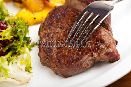 nahaufnahme eines gabel auf einem steak