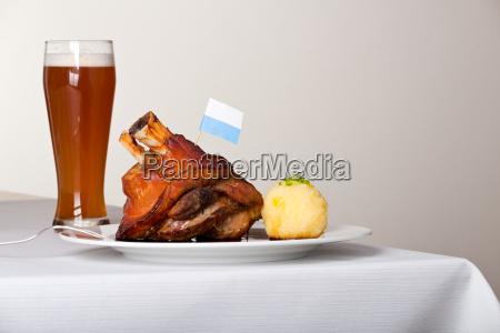 schweinshaxe mit kartoffelknoedel