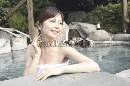 mujer japonesa empapando el banyo al