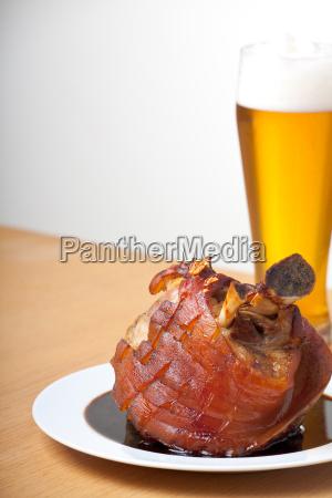 schweinshaxe mit weissbier