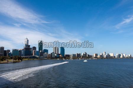 perth skyline mit motorboot