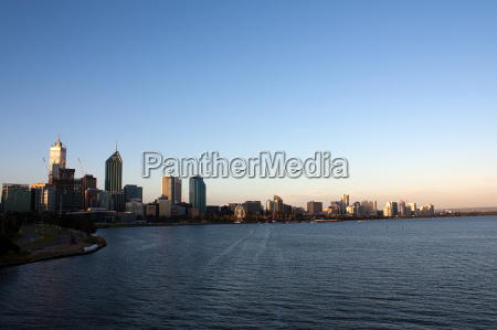 perth skyline bei sonnenuntergang