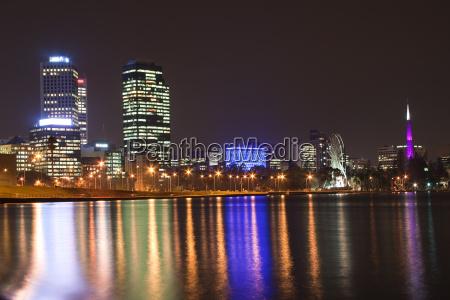 perth skyline bei nacht mit bell