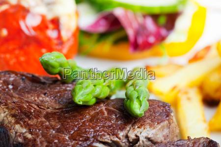 gegrilltes steak mit gruenem spargel