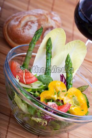 frischer salat mit gruenem spargel