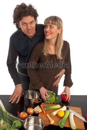 glueckliches paar beim kochen