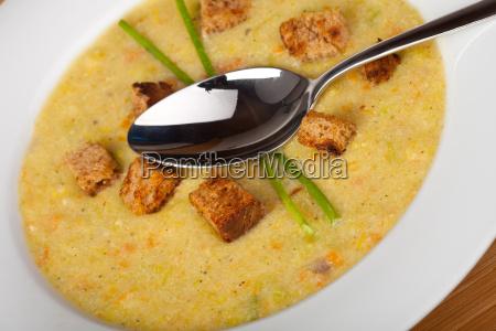 kartoffelsuppe mit croutons und schnittlauch