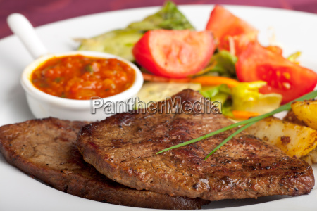 steak mit ketchup und kartoffeln