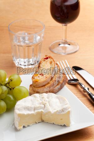camembert und weintrauben