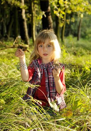 ninya recoge setas en el bosque