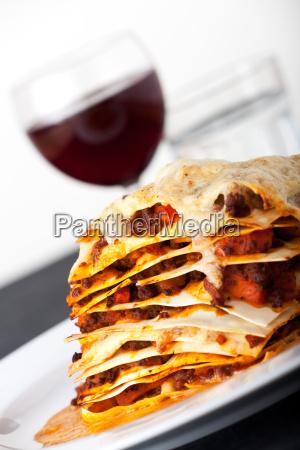 nahaufnahme von lasagne mit rotwein
