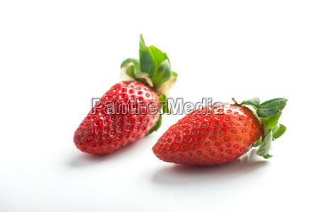 zwei erdbeeren auf weissem hintergrund