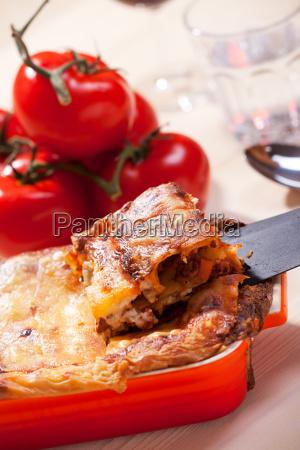 nahaufnahme von frischer lasagne