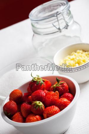 zutaten von rhabarber und erdbeer marmelade