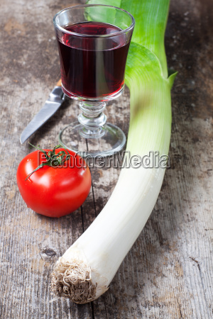 lauch tomaten und einem glas wein