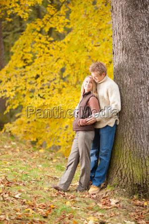 amor otonyo pareja abrazos feliz en