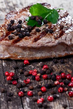 steak auf einem holzbrett
