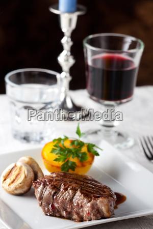 steak mit gegrillter kartoffel auf einem