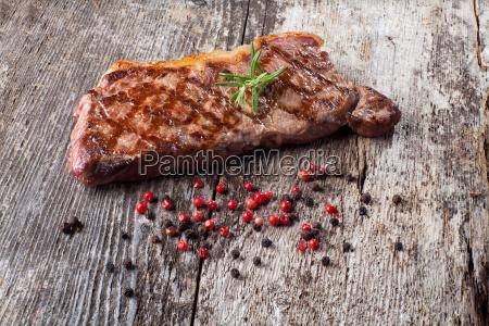 steak vom grill auf einem holzbrett