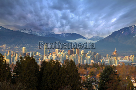 vancouver bc city skyline with mountains