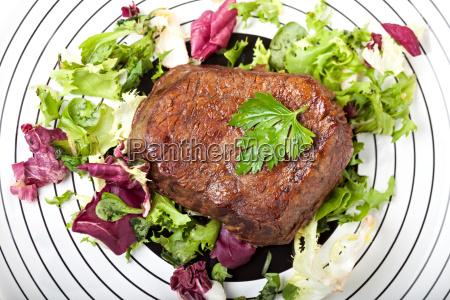 steak vom grill auf einem teller